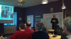 Sjakkhistoriker Øystein Brekke holder foredrag om Knut Bøckman i en krets med mye historie og mange Oslomestere.
