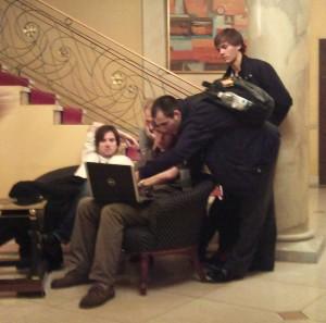 Unge OSS-spillere analyserer i lobby.